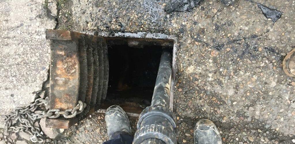 Using a vacuum pump to clear a blocked drain